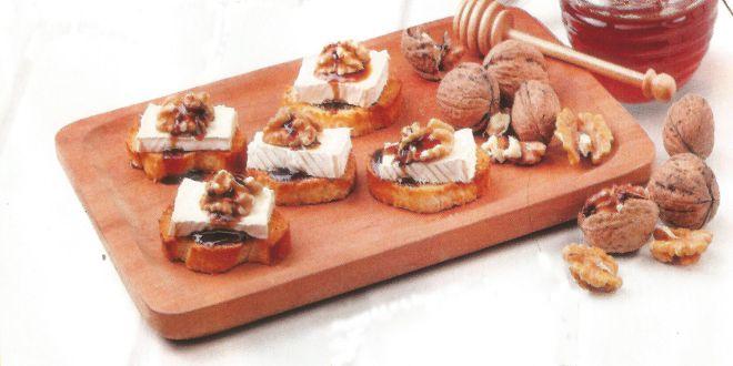 tostadas de queso con nueces y miel