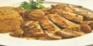fricasé de pollo en salsa de champiñones